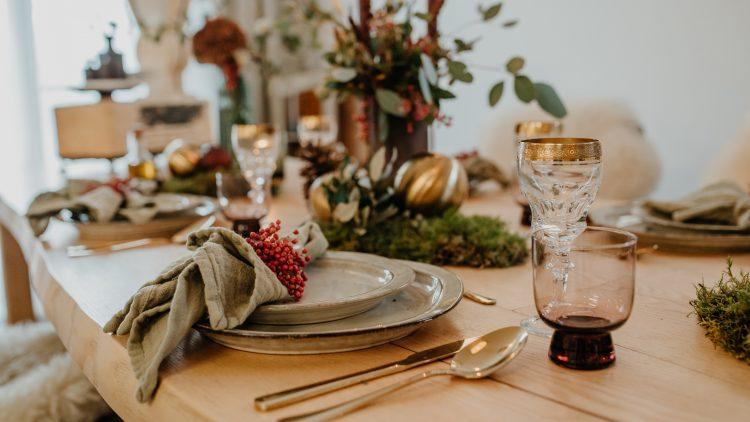 Gedeckter Tisch mit Teller, Gläsern und Besteck