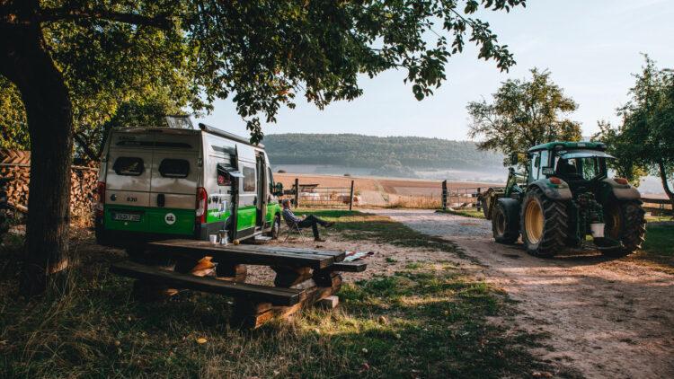 Wohnmobil in ländlicher Umgebung