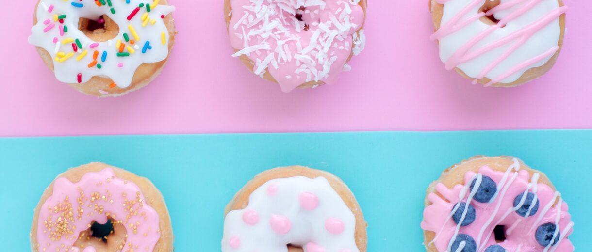 Mit Glasur, gefüllt oder pur: Donuts sind aktuell unsere Lieblingsnascherei.