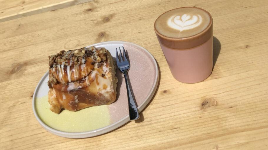 Für uns gab's Apfel-Zimtschnecken und Barista-Kaffee auf der Sonnenterrasse.