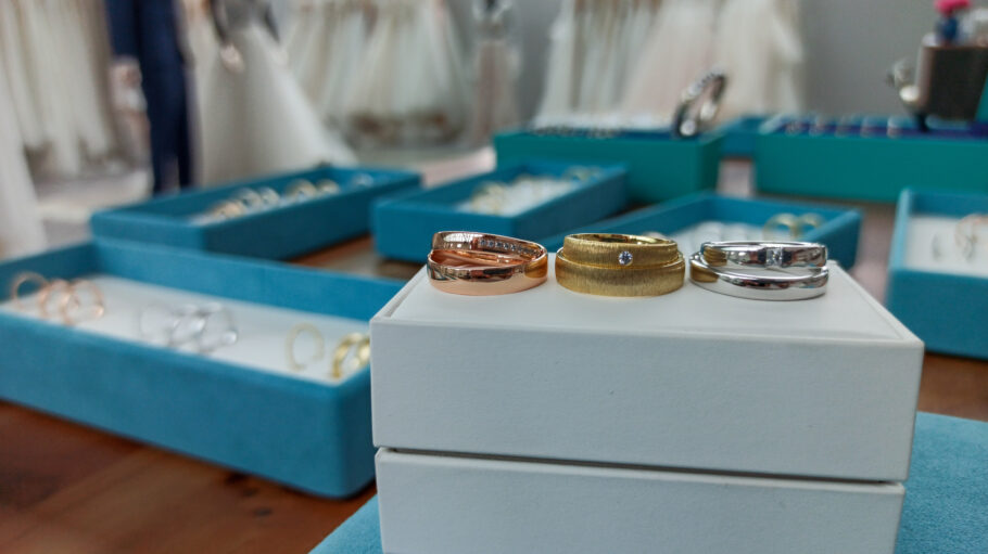 Die perfekten Ringe findest du in der Trauring-Lounge bei Vanity Bridal.