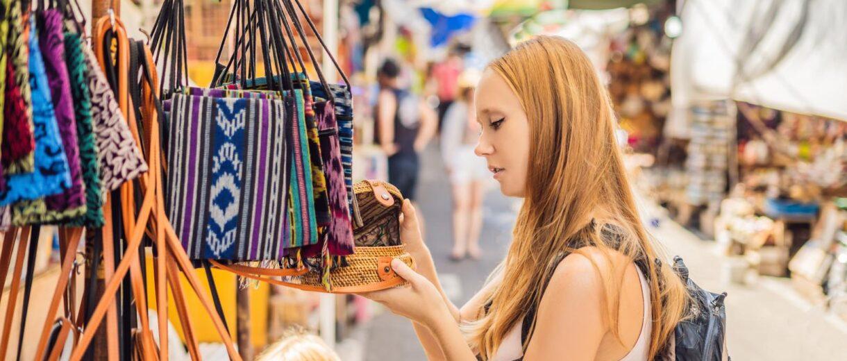 Frau auf Flohmarkt