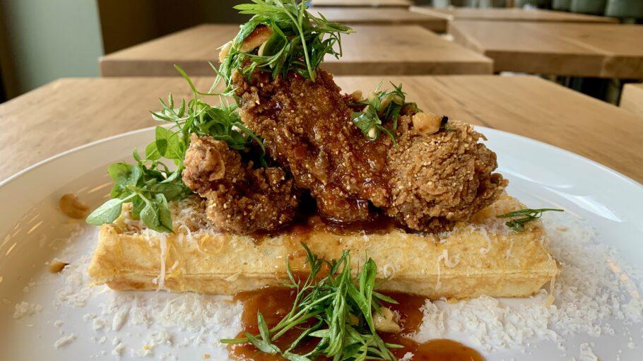 Fruehstueck3000_Cheddar Waffel mit Crispy Chicken©Fruehstueck3000