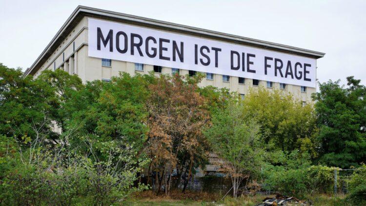 Das Transparent von Künstler Rirkrit Tiravanija ziert seit letztem Jahr das Berghain-Gebäude.