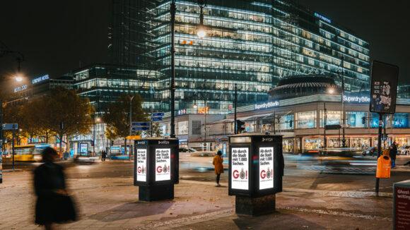 Auch für Fußgänger*innen und Autofahrer*innen sind die Werbeflächen präsent.