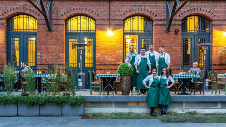 Gastlichkeit ist Teil der Kultur: Das Team der Taverne Platia.
