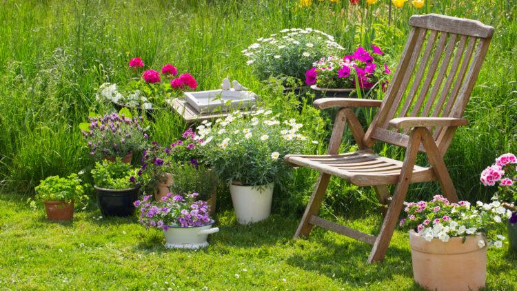 Idyllischer Sitzplatz im Garten - Entspannen im eigenen Garten