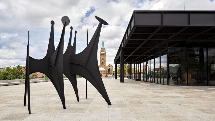 """Außenansicht des sanierten Gebäudes - mit dem Kunstwerk """"Stahl, Bolzen, Farbe""""."""