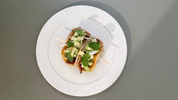 Einmal nach Sri Lanka und zurück, bitte - wie hier mit dem Roti Taco mit geschmortem Haveländer Apfelschwein, Kokosnuss-Sambol und Zwiebelchutney.