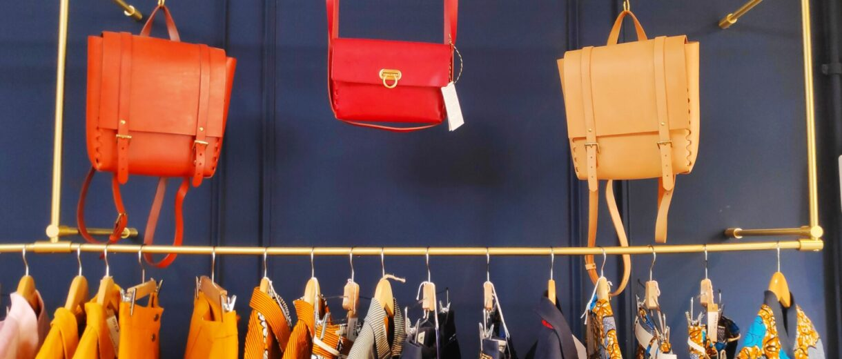 Nachhaltige Mode von französischen Designer*innen steht im Mittelpunkt bei La Case Paulette.