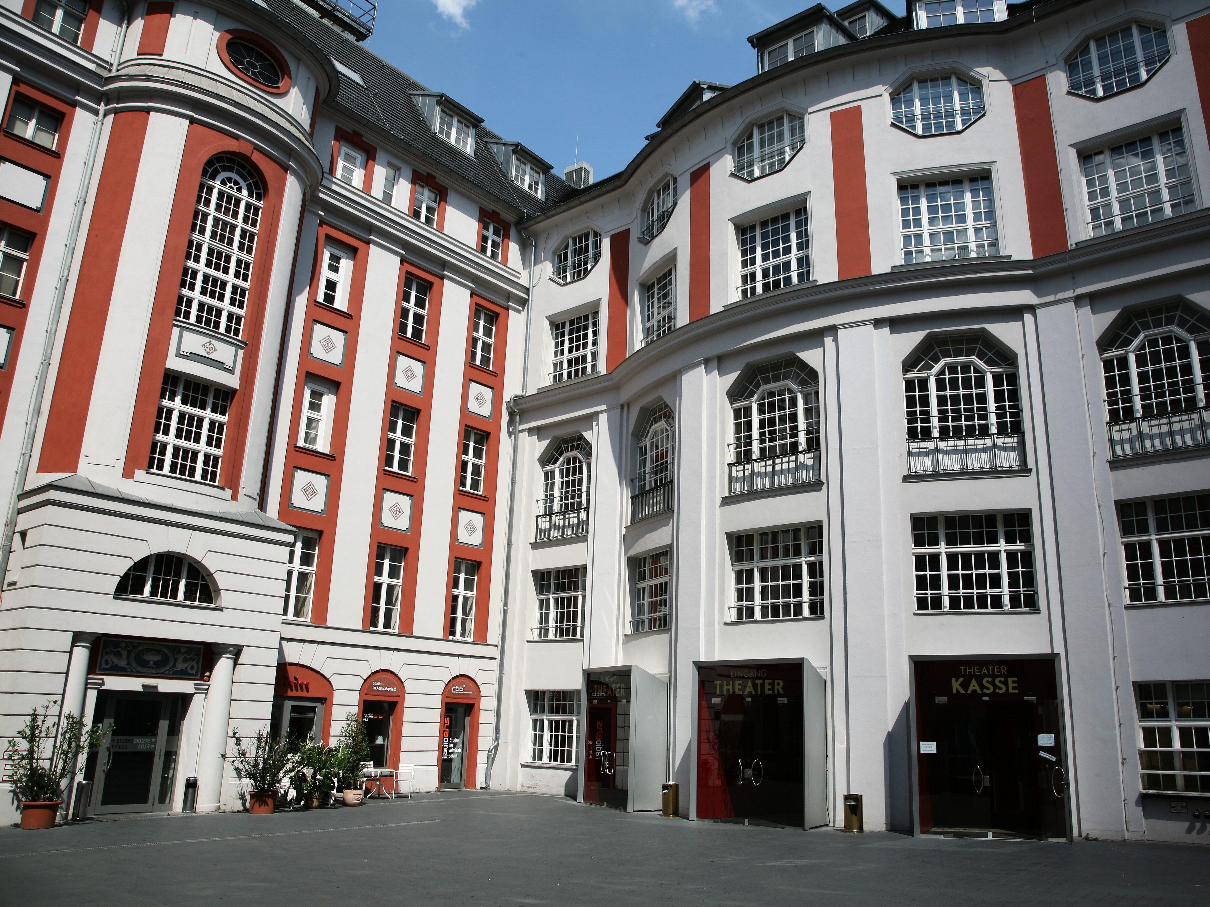 Ballettaufführungen, Musicals und Theater kommen im berüchtigten Berliner Admiralpalast auf die Bühne. Das Gebäude selbst wagt den Spagat von Tradition und Moderne. Nach einer umfassenden Sanierung öffnete das denkmalgeschützte Haus 2006 wieder die Pforten.