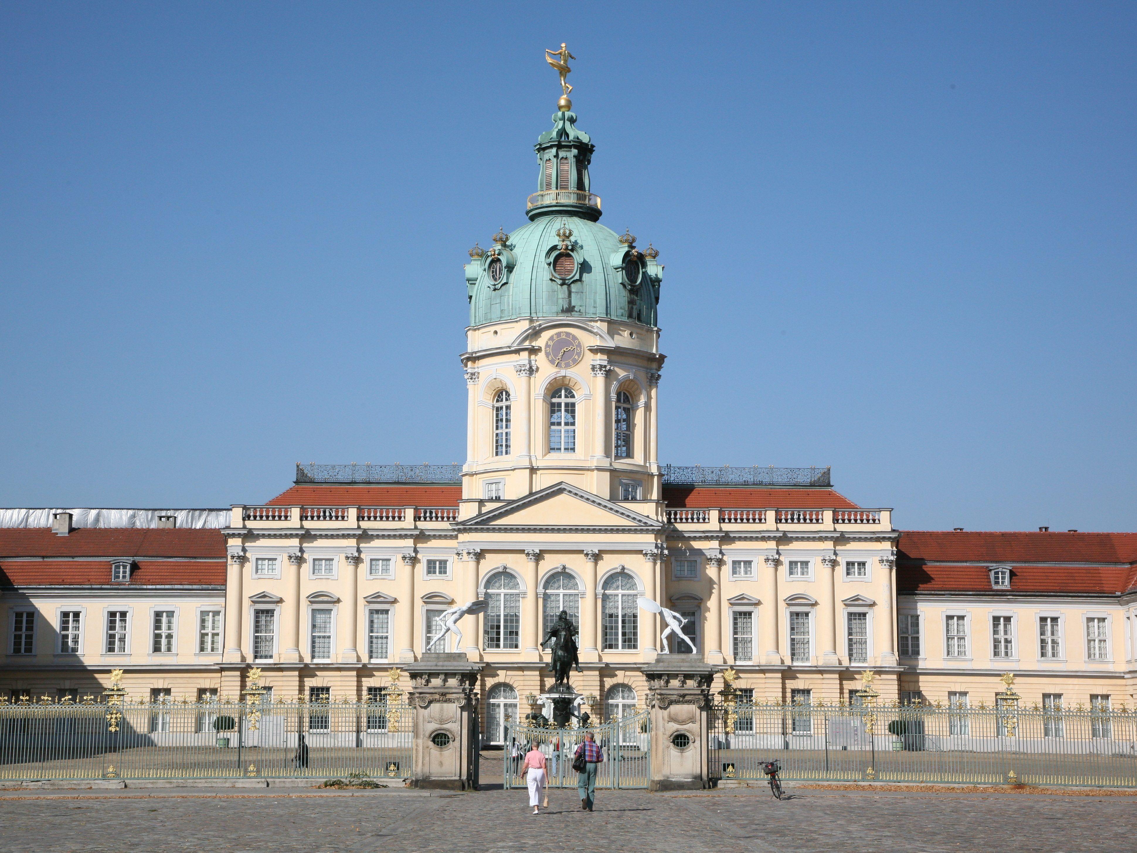 Das Schloss Charlottenburg ist einer der Anziehungspunkte in Charlottenburg. Prachtvolle Säle und der Barockgarten können ebenso besichtigt werden wie die Ahnengalerie und die Schlosskapelle.