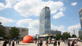 Der Alexanderplatz ist der berühmteste Platz Berlins, der für die Hauptstadt eine zentrale Rolle spielt. Am und um den Alex pulsiert Tag und Nacht das Berliner Leben.