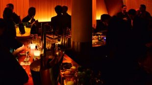 Die Fox Bar in Betrieb bei Nacht.