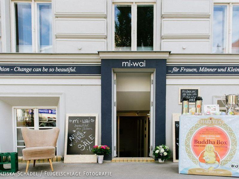 Der Laden liegt im Souterrain direkt gegenüber der Kulturbrauerei in der Sredzkistraße.