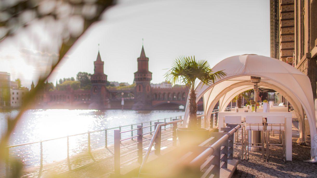Oberbaumbrücke-mit-Kuppelzelten