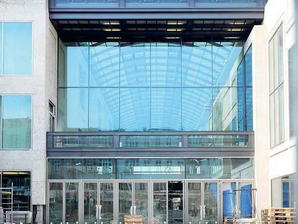 """Alt und neu. Auf dem Gelände des ehemaligen Wertheim-Kaufhauses an der Steglitzer Schloßstraße entsteht der """"Boulevard Berlin"""" – Teile der alten Fassade wurden integriert."""