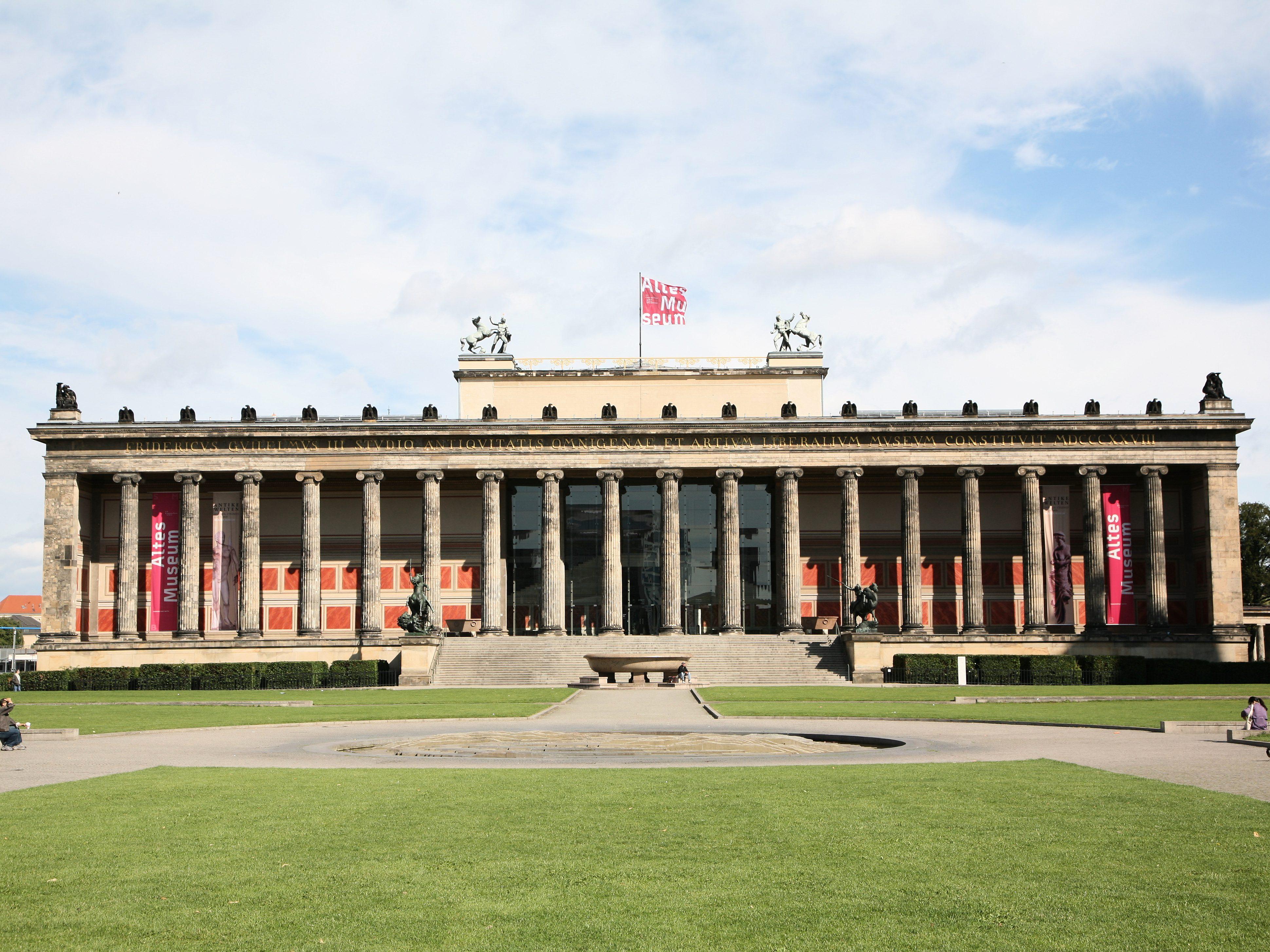 Das Alte Museum beherbergt seit 1904 eine Antikensammlung. Bereits um 1830 wurde das klassisizistische Gebäude fertiggestellt. Nach schweren Brandschäden während des Zweiten Weltkrieges musste das Alte Museum bis 1966 wiederaufgebaut werden.
