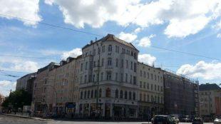 """Von der einstigen Hausfassade mit den vielen Erkern und Türmchen ist vieles verloren gegangen. In den Zwanzigerjahren war das Aschinger ein Treffpunkt der Kunst- und Kulturszene Berlins. """"Die Durchmischung der Szene ist in Berlin spielerisch, ob Nerd, Tänzer oder Schriftsteller, hier mischt sich alles ganz natürlich, das macht die Stadt auch aus"""", findet Oberholz."""