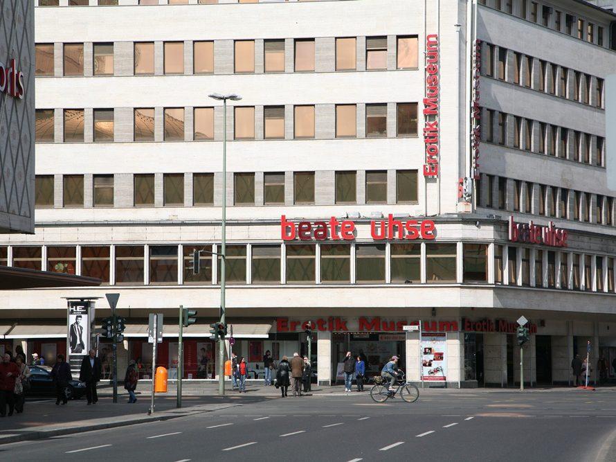 Auf 2.000 Quadratmetern wird in dem Erotik-Museum Sexualität von sämtlichen Seiten beleuchtet. Fruchtbarkeitsskulpturen oder - masken aus Afrika und Asien sind in dem von der Unternehmerin Beate Uhse gegründeten Museum ebenso versammelt, wie die ersten Kondome aus Deutschland, Pornofilme und interaktive Spiele.