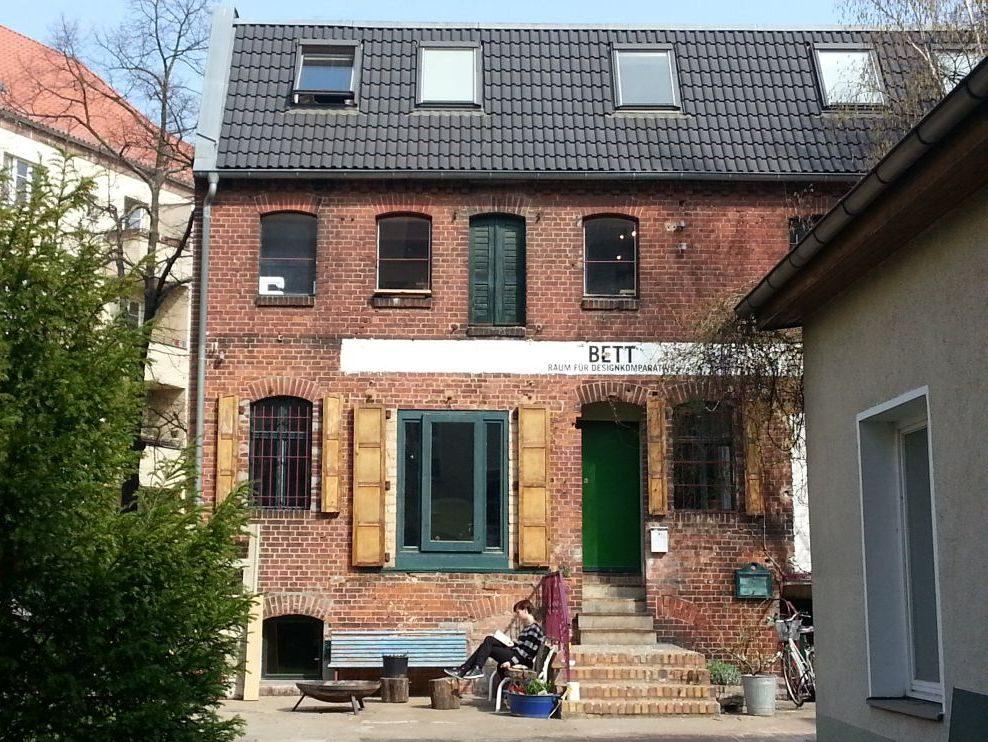 """Wer an der Wilhelminenhofstraße 19 einen Blick in den Hinterhof riskiert, kann das """"BETT"""" entdecken."""