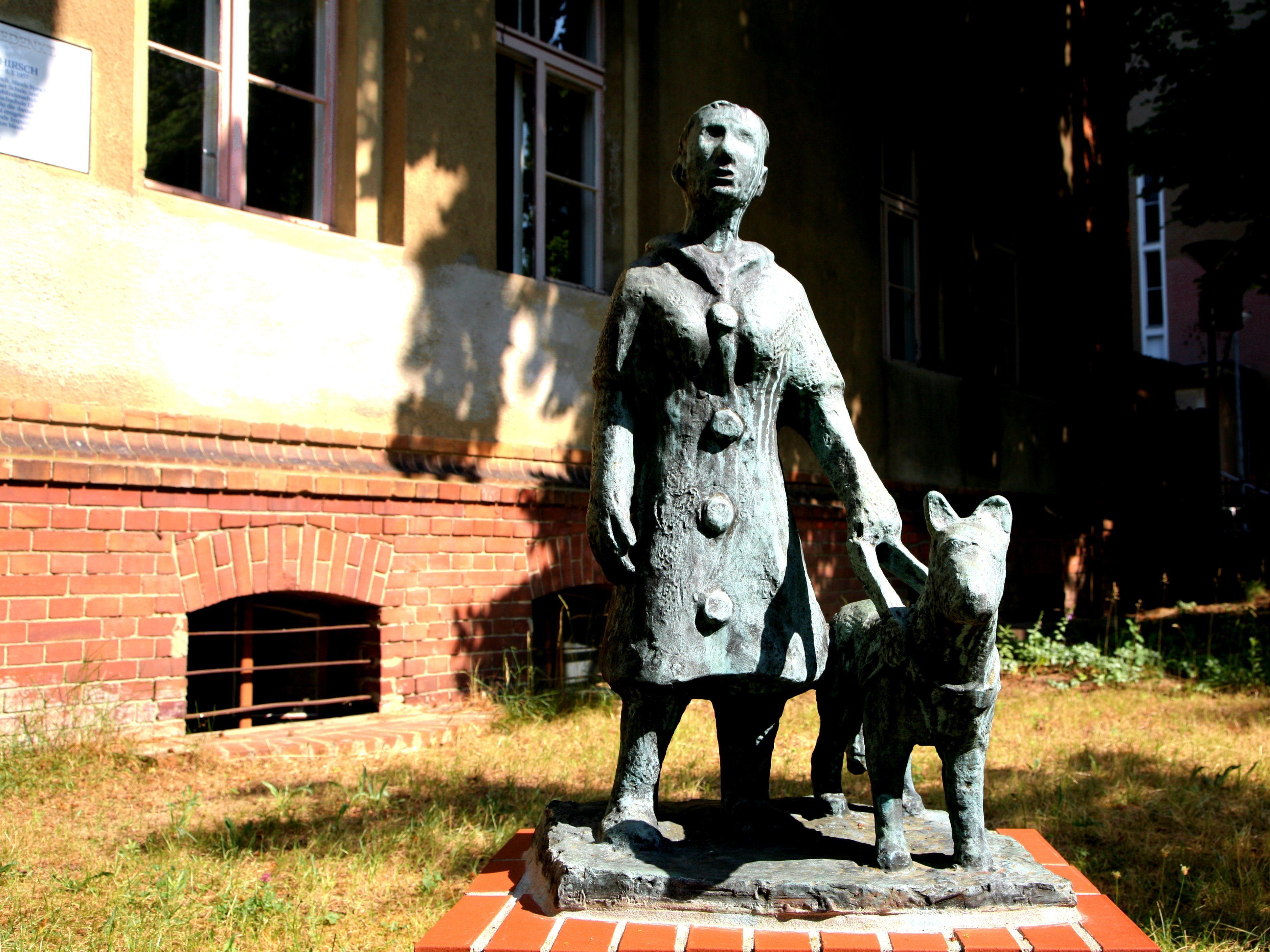 """Zum Anfassen: Im Deutschen Blindenmuseum sehen die Besucher mit Augen und Händen. Im Garten heißt die Gäste eine """"Frau mit Führhund"""" willkommen."""