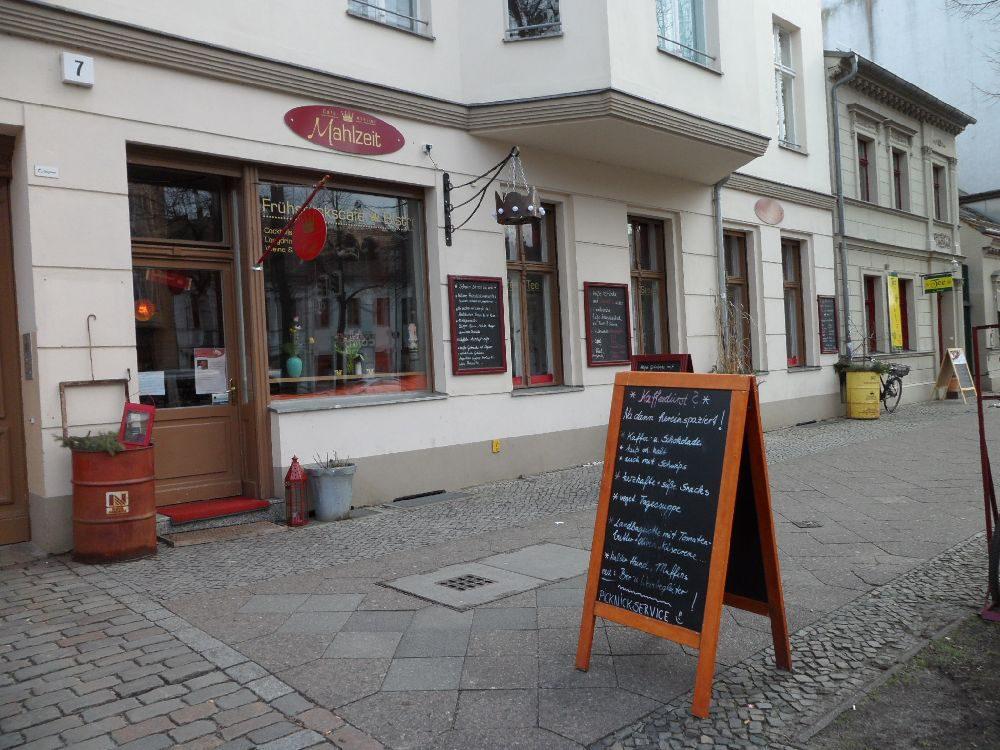 Bobrowskis Mühle ist der Name einer Lesereihe, bei der sich unbekannte literarisch Ambitionierte im Café Atelier Mahlzeit dem Publikum präsentieren.