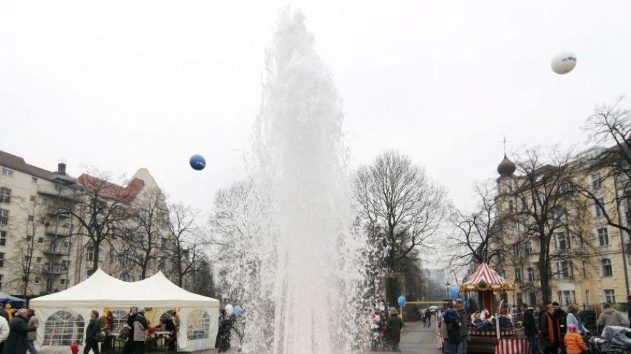 26.03.2012: Die Fontäne am Viktoria-Luise-Platz in Schöneberg ist ab heute wieder aktiv. Nach und nach ziehen die anderen Berliner Brunnen nach.