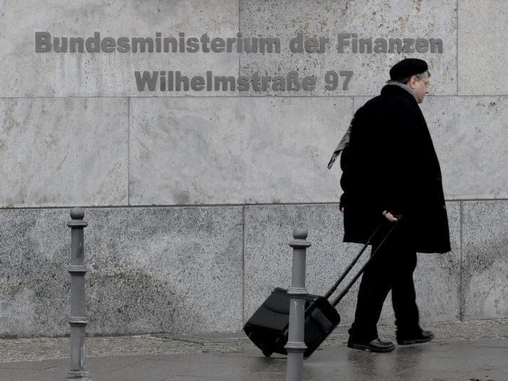 Passant vor der Fassade des Bundesfinanzministeriums