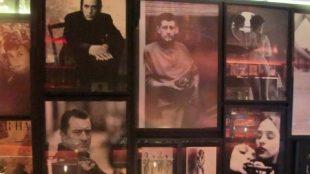 Viele beeindruckende Fotografien hängen an den Wänden.