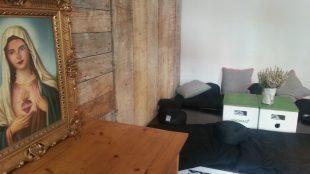 Besonderheit: eine Wand ist komplett mit Holz verkleidet. Dieses kam bei der Renovierung der Räumlichkeiten zum Vorschein und wurde beibehalten.