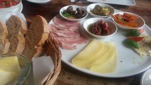 Das gemischte Frühstück reicht für zwei: Käse, Wurst und jede Menge Antipasti (für 10,80 Euro).