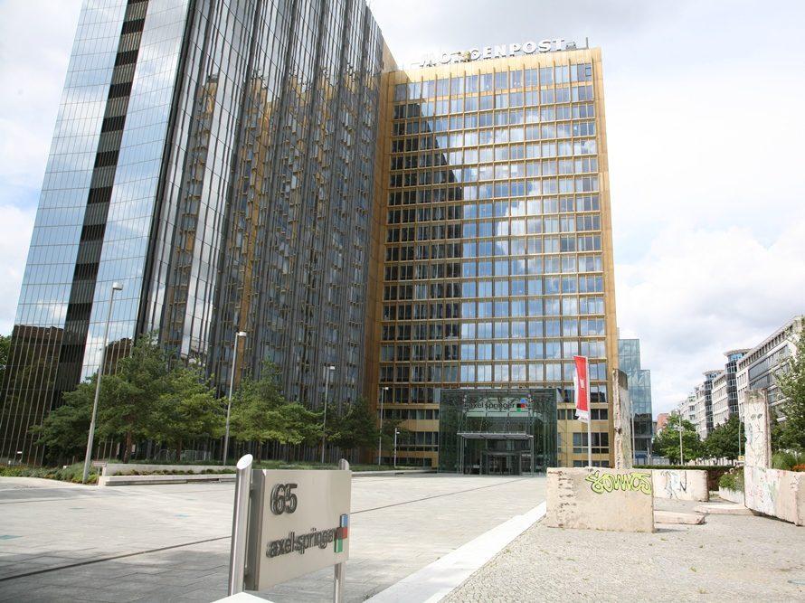 1959 errichtete Axel Springer das Verlagshaus an der Grenze zum sowjetisch besetzten Sektor Berlins. Es steht an der Kreuzung der heutigen Rudi-Dutscke-Straße und der Axel-Springer-Straße.