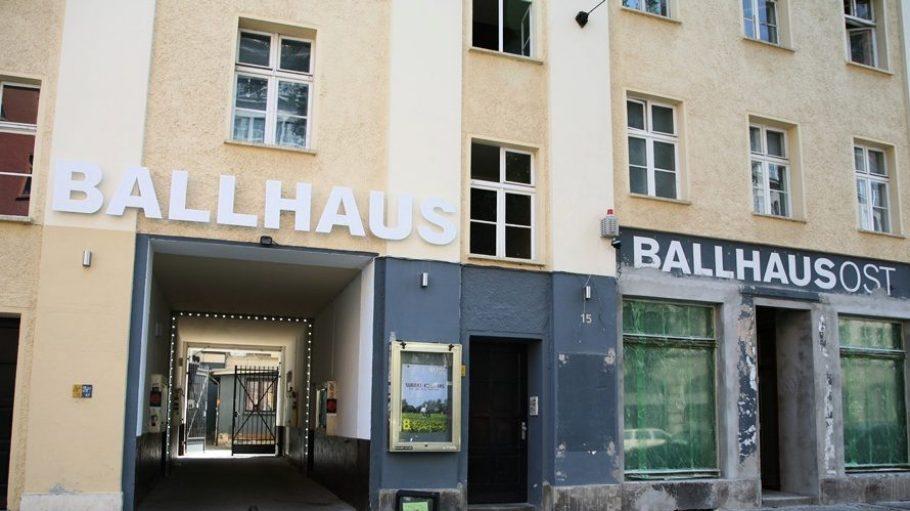 Seit 2006 ist das Ballhaus Ost im Prenzlauer Berg eine lebendige Begegnungsstätte für verschiedene Theatergruppen und freie Schauspieler oder Tänzer.