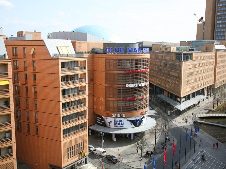 2007 zog die Blue Man Group in ihr eigenes Quartier, das Bluexmax Theater im Gebäude des ehemaligen IMAX-Kinos am Marlene-Dietrich-Platz.