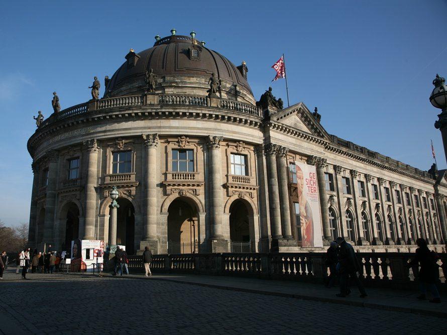 Das Bode-Museum auf der Museumsinsel ist im Neobarock-Stil.1904 wurde das Gebäude fertiggestellt.