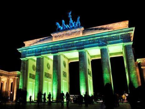 Das Brandenburger Tor wird alljährlich anlässlich des Festivals of Lights farbenfroh illuminiert.