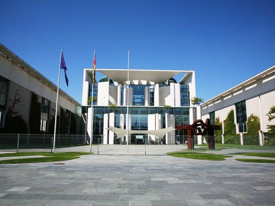 Die Berliner Architekten Axel Schultes und Charlotte Frank haben das Gebäude des Bundeskanzleramts entworfen.