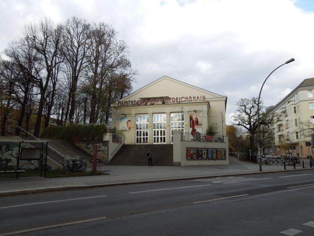 Das Filmtheater am Friedrichshain wurde 1924/1925 in neoklassizistischer Bauweise errichtet. Hier werden neben nur wenigen großen Blockbustern vor allem kleinere Independent-Filme gespielt.
