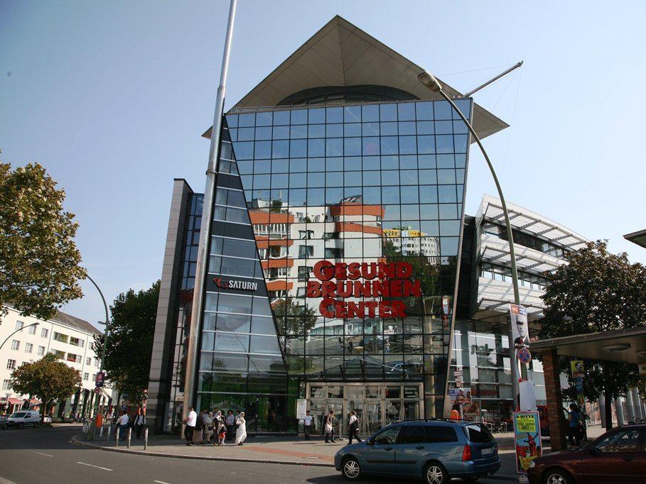 Gut angebunden an die Ringbahn lockt das Gesundbrunnen-Center Shopping-Freunde in die überdachten Einkaufspassagen. Von außen betrachtet soll das Einkaufszentrum an ein Schiff erinnern.