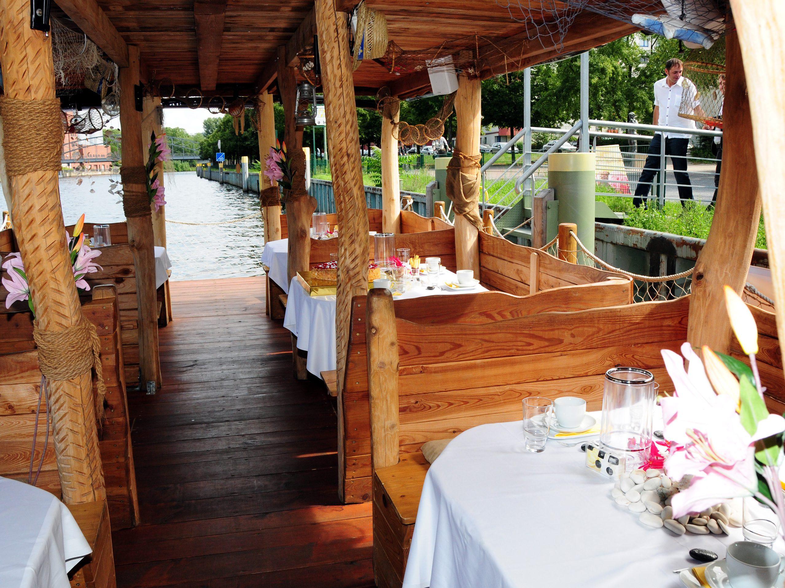 Das Hochzeitsfloß ist 75 Quadratmeter groß und bietet zusätzlich ein rund 56 Quadratmeter großes begehbares Sonnendeck.