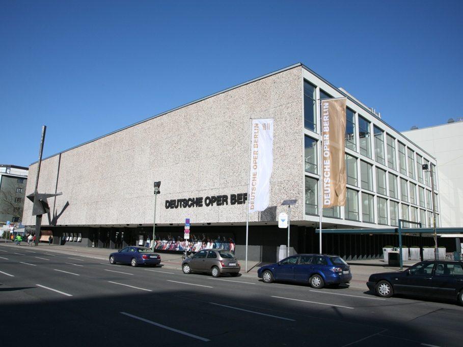 Markanter Kasten an der Ost-West-Achse. Die Deutsche Oper an der Bismarckstraße in Berlin-Charlottenburg.
