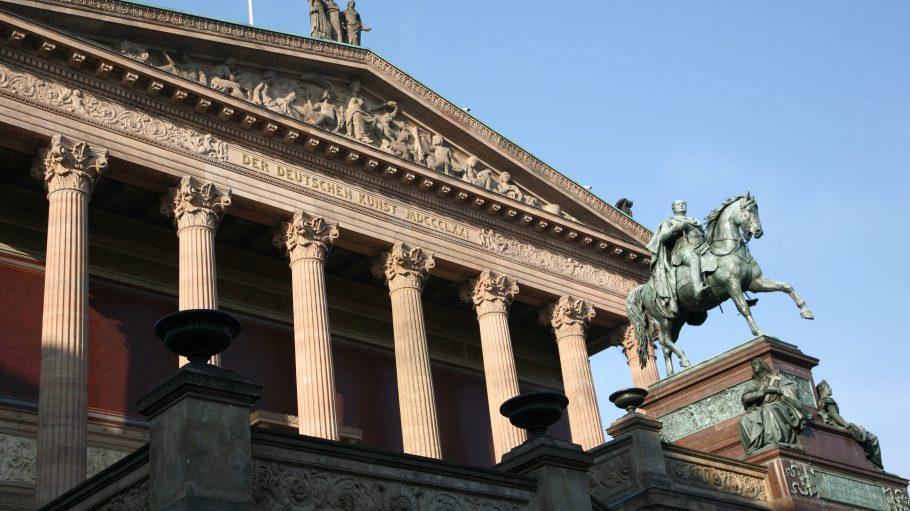 Das Reiterstandbild kennzeichnet die Freitreppe der Alten Nationalgalerie Berlin.
