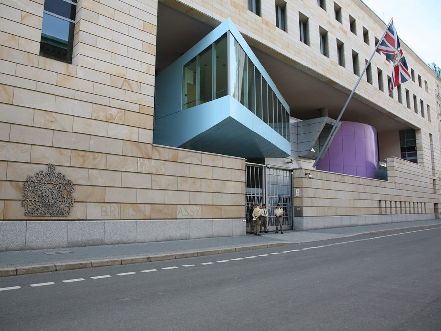 Die Botschaft in der Wilhelmstraße ist die britische Vertretung in Berlin. Großbritannien unterhält darüber hinaus in Deutschland Konsulatein Düsseldorf und München.