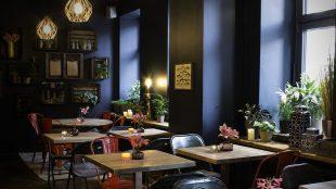 Bei der Inneneinrichtung von Akemi durfte sich Designerin Miriam Jacks völlig entfalten. Sie hatte zuvor von den Besitzern jegliche Freiheiten für die Gestaltung des Restaurants bekommen.