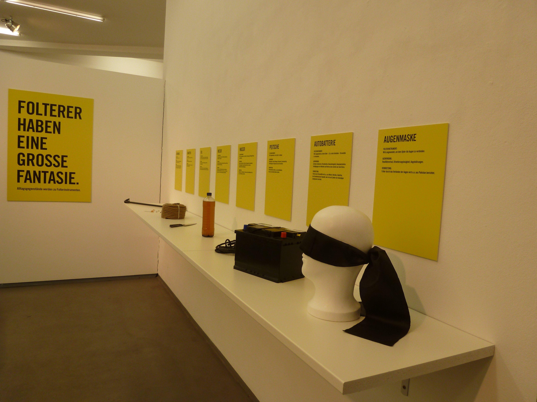 Hier sieht man ein paar der Gegenstände, die zum Foltern verwendet werden.