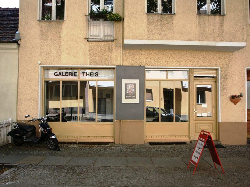 Nachbar des Keramik-Museums Berlin ist die Galerie Theis Keramik in der Nähe von Schloss Charlottenburg. Hier gibt es Ausstellungen und einen Shop mit Bollwagen-keramik. Seit1986 wird hier zeitgenössische Keramik präsentiert.