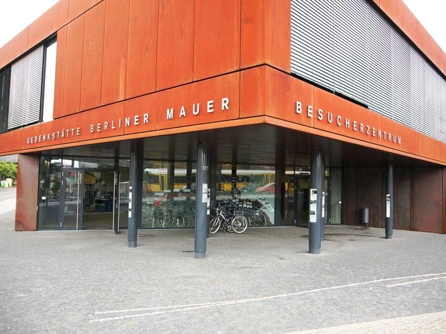 Das letze Stück der Berliner Mauer befindet sich hier an der zentralen Gedenkstätte. Im dazugehörigen Dokumentationszentrum veranschaulichen wechselnde Ausstellungen dieses Stück deutscher Geschichte.