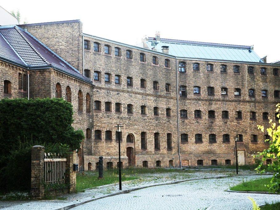 Das ehemalige Gefängnis des Köpenicker Amtsgerichts beherbergt heute die Gedenkstätte der Köpenicker Blutwoche Juni 1933. Damals quartierte sich die SA im Gefängnis ein, um das Gebäude als Haft- und Folterstätte zu missbrauchen. Gegner des Regimes, etwa KPD- und SPD-Mitglieder, wurden vom 21. bis 26. Juni 1933 von der SA bis aufs Blut und teils bis in den Tod geschunden.