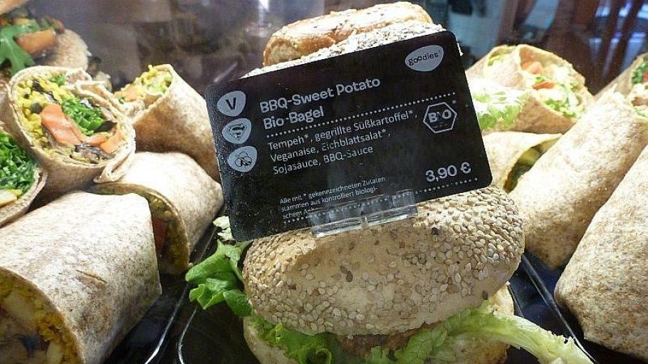 Herzhaftes wie der BBQ-Sweet Potato Bio-Bagel schmeckt nicht nur Veganern.